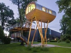 contemporary tree house design Modern Tree House Architecture Design for Kids Beautiful Tree Houses, Cool Tree Houses, Weird Houses, Unusual Houses, Container Architecture, Mini Chalet, Tiny House, Modern Tree House, German Architecture