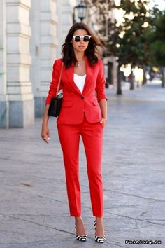 Все внимание на красный брючный костюм