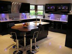 cuisine-noire-bois-mobilier-laqué-noir-table-ronde-bois-marron