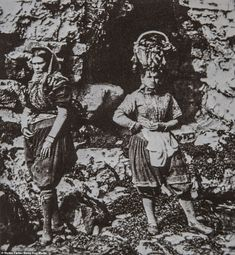 Amazing photos from the and have revealed a glimpse into the lives of fisher girls in Yorkshire who would abseil down slippery cliffs to collect baskets of mussels and limpets. Rare Pictures, Rare Photos, Cool Photos, Teaching Latin, Girl Train, Fly On The Wall, The Descent, Rocky Shore, Grand Duke