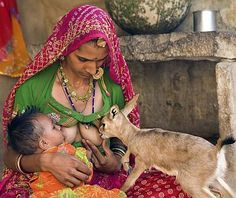 Only in India. My India! My Great people of India! I am humbled Of all the things I've pinned this is the greatest! I love my India. Potnia Theron, People Around The World, Around The Worlds, Mother And Child, Mothers Love, World Cultures, Belle Photo, Wildlife, The Incredibles