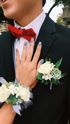 Insanely Stunning Matching Boutonniere and Wrist Flower Prom Pictures Couples, Homecoming Pictures, Prom Couples, Teen Couples, Dance Pictures, Family Pictures, Crosage Prom, Prom Dance, Senior Prom