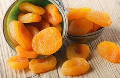 Dried apricots on a wooden table Beauty Detox, Health And Beauty, Dried Apricots, Kili, Menu, Desserts, Food, Fitness, Crack Crackers