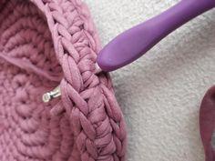 Fotonávod na háčkovaný košík z příze Biskvit s kulatým dnem Merino Wool Blanket, Diy And Crafts, Crochet, Bags, Knits, Crocheting, Dots, Handbags, Ganchillo