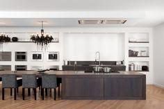Bij Keukenhuis De Tweede Kamer tref je deze keuken aan boordevol KitchenAid keukenapparatuur; Domino modulaire kookplaten, een plafond afzuigkap en ook alle apparatuur in de achterwand. De wand is voorzien van een combimagnetron, combi stoomoven, inbouw koffiemachine en vacuüm lade, waarmee je voedsel kunt bewaren volgens de sous-vide techniek.