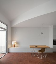 Hiha Studio breaks up linear apartment layout with curved corridor Small Living, Living Area, Living Room, Rammed Earth Wall, Barcelona Apartment, Terracotta Floor, Interior Architecture, Interior Design, Apartment Layout