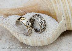 Presenta tus anillos en un caracol ideal para tu boda en playa por Bodas Huatulco