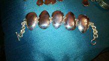 Chippendale-hopealusikoista tehty rannekoru.