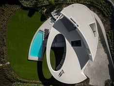 The Elliptic House by Mário Martins Atelier in Lagos, Portugal Modern Landscape Design, Landscape Architecture Design, Facade Architecture, Concept Architecture, Modern Landscaping, Mario Martin, Architectural Design House Plans, Modern Mansion, Unique Buildings