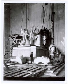 Abraham Lincoln statue) - a colossal seated figure of U. President Abraham Lincoln Artist: sculpted by Daniel Chester French and carved by the Piccirilli Brothers. Location: Lincoln Memorial, National Mall, Washington D. Old Pictures, Old Photos, Vintage Photos, Amazing Pictures, Rare Photos, Flatiron Building, Lincoln Memorial, Famous Landmarks, Arquitetura
