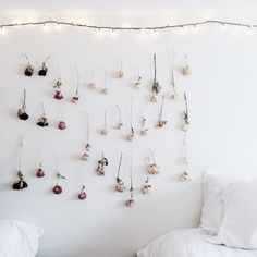 Hang dried flowers upside down from darkest to lightest, to create an ombré feature wall. Using white or clear thread, hang flowers from small Command hooks or tacks. This ombré dried flower wall would also make an amazing photo booth background. Diy Ombre, Dried And Pressed Flowers, Dried Flowers, Bouquet Flowers, Ranunculus Flowers, Fresh Flowers, Creative Wall Decor, Flower Wall Decor, Hanging Flower Wall