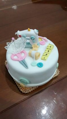 Creative Home Decor Ideas For Any Home Sewing Machine Cake, Sewing Cake, Sewing Machines, Cake Decorating Supplies, Cake Decorating Techniques, Cake Decorating Tutorials, Pretty Cakes, Cute Cakes, Fondant Cupcakes