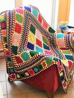 Happy Granny Blanket pattern by Vivre au Crochet (Lucie) Ravelry: Happy Granny blanket pattern by soleil lucie Crochet Afghans, Crochet Square Blanket, Crochet Quilt, Granny Square Crochet Pattern, Afghan Crochet Patterns, Crochet Squares, Crochet Home, Crochet Crafts, Plaid Crochet