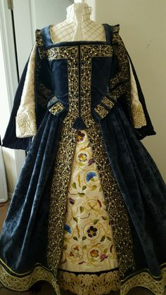 Designs From Time gown Fit for a princess Mode Renaissance, Costume Renaissance, Elizabethan Costume, Renaissance Dresses, Medieval Costume, Renaissance Fashion, Medieval Gown, Medieval Clothing, Historical Clothing