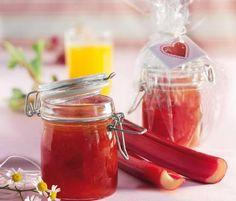 Passion fruit and rhubarb jam - Sour rhubarb and sweet passion fruit nectar create a delicious combination. Winter Desserts, Fun Desserts, Chutneys, Rhubarb Preserves, Yummy Food, Tasty, Yummy Yummy, Rhubarb Recipes, Pots