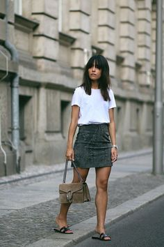 Outfit: Suede on Suede Nisi is wearing: Gucci Dionysus bag, Hermès Oran Sandals, studded suede skirt and a basic white t-shirt from Acne Studios - Skirt Outfits, Casual Outfits, Cute Outfits, Look Fashion, Fashion Outfits, Womens Fashion, Fashion Trends, Trendy Fashion, Modest Fashion