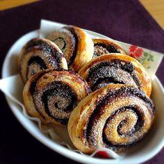 日本ではあまり見かけないこのパン。私のお気に入りハンガリーブレッドのひとつkakaós csiga直訳するとココアかたつむり(笑)なんともユニークな名前ですよね。ただロールされているだけなのにwデニッシュ風が好きなので、パイ生地に助けてもらってパイ生地の折り込みパンにしてみました。 - 91件のもぐもぐ - ハンガリーの思い出*Kakaós csiga by piroska