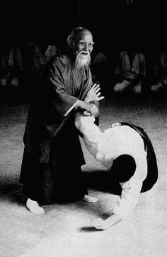"""Aïkido: """"Voie de l'harmonie des énergies"""".  Fondé par Morihei UESHIBA.  Découvert à Montréal pendant 3 ans."""
