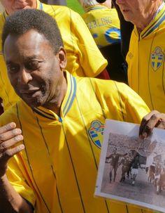 Pelé exibe foto da vitória de 1958