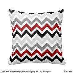 Motif de zigzag gris noir rouge foncé de Chevron Coussin