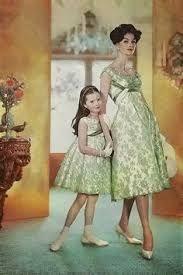 Ook als je naar een feestje gaat natuurlijk..... moeder & dochter outfits mother & daughter outfits #fifties