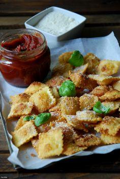 Raviolis fritos con salsa de tomate y albahaca
