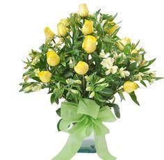 LEMMON - $88.000 [20 Rosas Amarillas - Astromelias Amarillas. Florero de vidrio cuadrado - Moño y Tarjeta] Fresco, Celery, Herbs, Vegetables, Glass Vase, Yellow Roses, Flower Vases, Friendship, Floral Arrangements