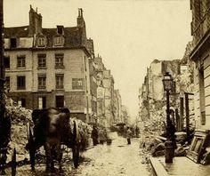 Les ravages de la Commune de Paris en 1871 : la destruction de la rue de Lille au carrefour avec la rue du Bac. La maison plus ou moins épargnée à gauche est toujours là! ©Collection Georges Sirot