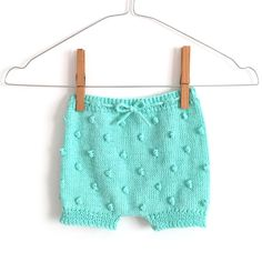 Free Knitting Patterns and Tutorials - Get them now! Crochet Baby Bloomers, Baby Bloomers Pattern, Baby Pants Pattern, Baby Clothes Patterns, Baby Patterns, Knitting For Kids, Free Knitting, Crochet Baby Pants, Knit Pants
