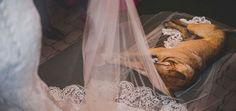 cao-invade-casamento-deita-se-no-veu-da-noiva-e-ganha-novos-donos_JN