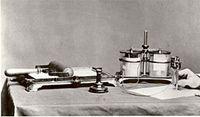 """ȘAPIROGRAF. Thomas Edison a primit patentul  pentru """"imprimare autografică"""" in 1876. Patentul acoperea stiloul electric, folosit pentru realizarea șablonului, și presa multiplicatoare plană. În 1880 Edison a obținut un alt patent, """"metodă de executare a șabloanelor autografice pentru imprimare"""", care acoperea realizarea șabloanelor ."""