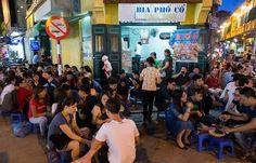 Bia cỏ bình dân có mặt ở hầu hết các tuyến phố Hà Nội. Một cốc bia lạnh giá 5.000-7.000, nên đối tượng khách chủ yếu là dân lao động. Tuy nhiên, riêng tại phố Tạ Hiện, các quán bia cỏ lại là tụ điểm của giới trẻ.