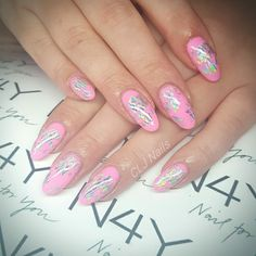 Pink negle i gel polish med negle transfer folie
