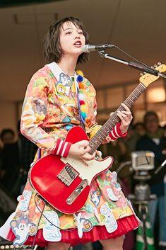 のん 女子美大でシャウト「女子美入りたかったぜ!」第1弾シングル「スーパーヒーローになりたい」他5曲熱唱 | エンタメウィーク Human Poses Reference, Pose Reference Photo, Albert Camus, Rena Nounen, Rock And Roll Girl, Cute Kawaii Girl, Beautiful Japanese Girl, Guitar Girl, Female Guitarist