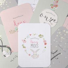 Des cartes étapes avec des lapins et des fleurs