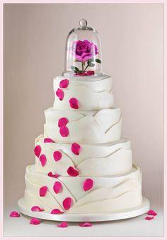 torta quince años de 4 pisos blanca con petalos rosas y flor rosa protegida con campana