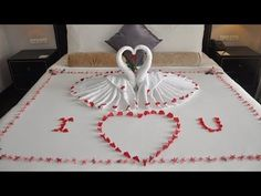 Sometimes called cruise ship towel animals, towel origami, towel folding , or even cabin critters, these fluffy little creatures are so simple to fold! Romantic Room Decoration, Romantic Bedroom Decor, Towel Swan, Romantic Hotel Rooms, Decoration St Valentin, Origami Swan, Art Origami, Towel Origami, Swans