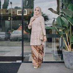 Wedding Party Program Style Ideas For 2019 Kebaya Lace, Kebaya Hijab, Kebaya Brokat, Kebaya Dress, Batik Kebaya, Kebaya Muslim, Muslim Dress, Batik Dress, Kebaya Modern Hijab