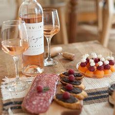 La blogueuse Charlene_hands est montée à bord et s'est fait livrer notre sélection du mois : une jolie bouteille de Rosé Côtes de Provence accompagnée de charcuterie espagnole ! 😍🍷  #bordeauxmaville #wine #food #rosé #summeriscoming #blog #blogger #bonneadresse #les3pinardiers #winelover #winetasting ©photo chashands