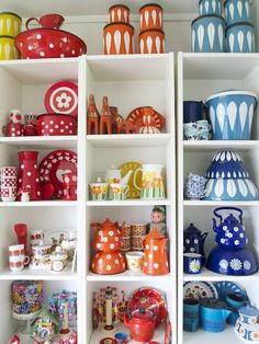 gorgeous vintage dishes and enamelware!