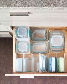 tiroir avec encoches pour couvercles de tupperware.
