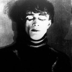 Esse filme impressiona qualquer um. Bem, é expressionismo alemão, né? hehe Gabinete do Dr. Caligari.