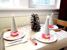 kids table for holiday dinner setup. Brown craft paper is a great makeshift tablecloth — give kids a set of crayons, and they'll be occupied for the entire meal. #kerstdiner #kinderen