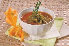 Sopa de nopales con flor de calabaza