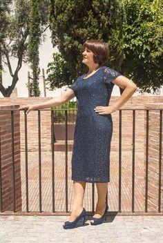 VESTIDO FIESTA ENCAJE Vestido de encaje, muy elegante para eventos especiales.  Viene con manga larga. Está disponible en marino, el color de la foto. Composición: 64%poliéster, 78%nylon, 8%elastano