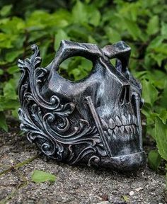 ▬THE ƘƝIԌHT▬ ᴄʀᴇᴀᴛᴏʀ: IVAN KING ʏᴇᴀʀ: 2017 Full face skull mask made in resin. Complitely handmade and handpainted. One size only (standard male size). You can custom your colors! Just write them in the note section of the purchase page! Helmet Armor, Fu Dog, Look Dark, Armadura Medieval, Cool Masks, Awesome Masks, Skull Mask, Oni Mask, Leather Mask