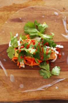 Simple, Banh Mi-inspired spring rolls with crispy baked tofu, quick pickled veggies, and an easy vinegar dipping sauce. Baker Recipes, Tofu Recipes, Sauce Recipes, Asian Recipes, Cooking Recipes, Healthy Recipes, Mi Recipe, Vegan Apps, Appetizers