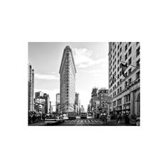 Black and White Photography Landscape of Flatiron Building and 5th... (145 AED) ❤ liked on Polyvore featuring home, home decor, wall art, architecture, diners and cafes, restaurants, subjects, photography wall art, black and white posters and nyc poster
