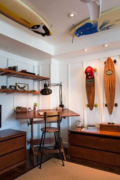 Diggin' the surfboards on the ceiling. #island_style from Apartment Therapy - Tracey & Rob's Beach Oasis. Style Surf, Surfboard Storage, Bike Storage, Surf Room, Deco Studio, Studio Desk, Surf Shack, Beach House Decor, Home Decor