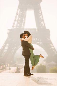 cute engagement photo ideas in paris